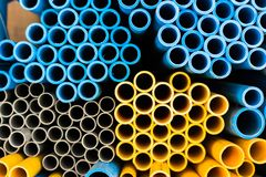 在背景的蓝色和黄色水管孤立 免版税库存照片