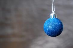 在背景的蓝色圣诞节球 图库摄影