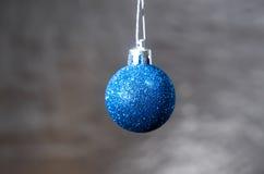 在背景的蓝色圣诞节球 免版税库存照片