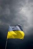 在背景的被撕毁的乌克兰旗子风雨如磐 库存照片
