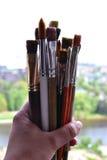 在背景的许多艺术刷子 免版税库存图片
