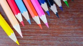 在背景的铅笔颜色 免版税库存照片