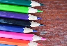 在背景的铅笔颜色 免版税库存图片