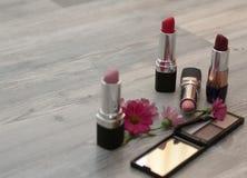 在背景的顶视图 与化妆用品和花的装饰平的构成 库存图片