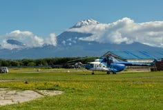 在背景科里亚克火山火山的停机坪 免版税库存图片