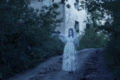在背景老房子的鬼魂 免版税库存照片