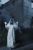 在背景老房子的鬼魂 库存照片