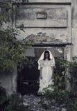 在背景老房子的鬼魂 库存图片