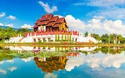 在背景蓝天的风景视图皇家佛教wat泰国泰国寺庙 免版税库存照片