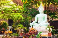 在背景蓝天的风景视图皇家佛教wat泰国泰国寺庙 免版税图库摄影