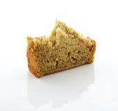 在背景隔绝的切的香蕉面包 免版税库存图片