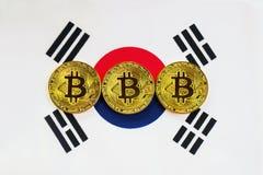 在背景韩国旗子的Bitcoin 库存照片