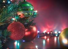 在背景bokeh的圣诞节球 浅深度的域 袋子看板卡圣诞节霜klaus ・圣诞老人天空 库存照片