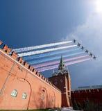 在胜利天游行期间,俄国军用飞机在莫斯科,俄罗斯的形成飞行 免版税库存图片
