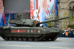 在胜利天游行期间的最新的俄国主要争斗T-14 ` Armata `重的被跟踪的平台在红场 免版税图库摄影