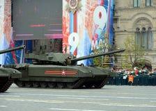 在胜利天游行期间的最新的俄国主要争斗T-14 ` Armata `重的被跟踪的平台在红场 库存照片