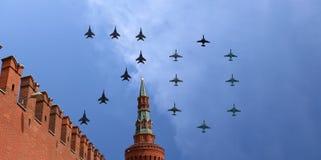 在胜利天游行期间,俄国军用飞机在莫斯科,俄罗斯的形成飞行 胜利天(WWII) 免版税库存图片