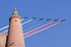 在胜利天游行期间,俄国军用飞机在莫斯科,俄罗斯的形成飞行 免版税图库摄影