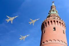 在胜利天游行期间,俄国军用飞机在莫斯科,俄罗斯的形成飞行 库存照片