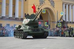 在胜利天游行的传奇苏维埃T-34坦克 免版税库存照片