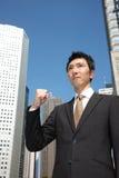 在胜利姿势的日本商人 库存图片