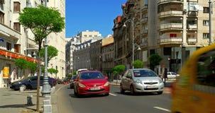 在胜利布加勒斯特市大道(Calea Victoriei)街市的高峰时间  股票录像