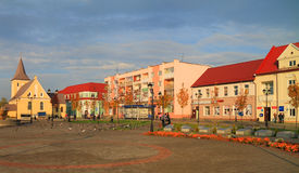 在胜利广场的城市风景在市Gvardeysk 免版税库存图片