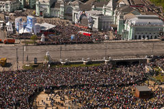 在胜利游行的人群,莫斯科,俄罗斯 免版税图库摄影