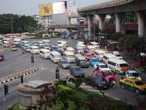 在胜利纪念碑的交通堵塞2014年10月24日在曼谷,泰国 库存照片