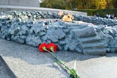 在胜利纪念碑附近的花谎言 免版税库存图片