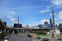 在胜利纪念碑,曼谷的运输交通 免版税库存图片