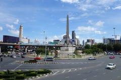 在胜利纪念碑,曼谷的运输交通 免版税库存照片