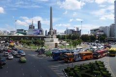 在胜利纪念碑,曼谷的运输交通 库存照片