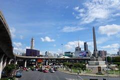 在胜利纪念碑,曼谷的运输交通 库存图片