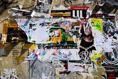 在胡同墙壁上张贴的街道艺术 库存照片