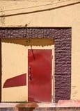 在胡同的五颜六色的门 免版税库存照片