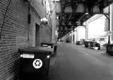 在胡同的垃圾箱 免版税库存照片