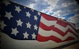 在胡同的美国国旗 库存图片