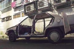 在胡同的被击毁的和被烧的汽车 库存照片