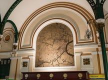在胡志明市邮局,亦称西贡中央邮局,越南的里面的被绘的地图 库存照片