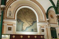 在胡志明市邮局,亦称西贡中央邮局,越南的里面的被绘的地图 免版税图库摄影