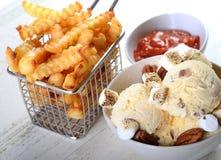 在胡桃冰淇凌涂黄油用敬酒的胡桃和蛋白软糖 免版税图库摄影