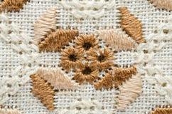 在胡麻的被绣的片段由棉花螺纹 宏观刺绣纹理平的针 刺绣设计 免版税库存照片
