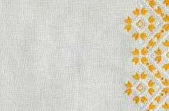 在胡麻的被绣的片段由黄色和白色棉花螺纹 宏观刺绣纹理平的针 免版税库存照片
