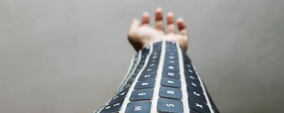 在胳膊的便携的键盘 未来无线技术 图库摄影