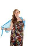 在胳膊的妇女五颜六色的身穿蓝服布裙纹身花刺 免版税图库摄影