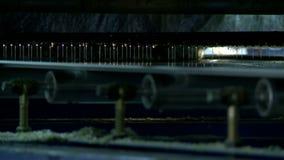 在胶合机器,特写镜头的转动的路辗 股票视频