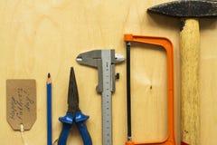 在胶合板背景的不同的工具 库存照片