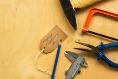 在胶合板背景的不同的工具 库存图片