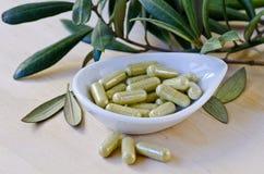 在胶囊的橄榄色的叶子萃取物 饮食补充条款 库存照片